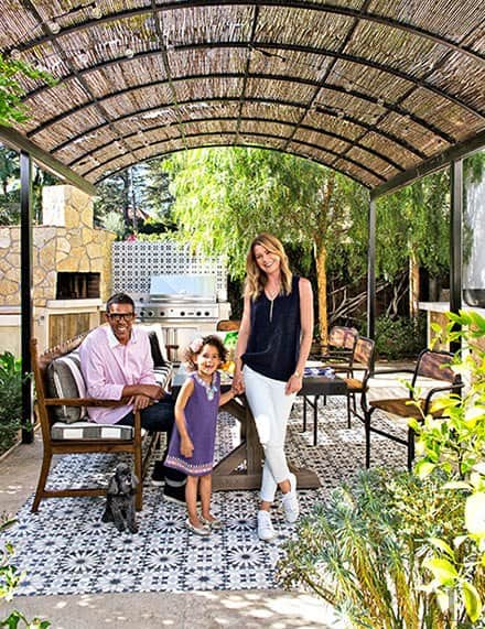 blue-and-white-geometric-floor-outdoor-dining-area-los-angeles-ellen-pompeo-and-family-martyn-lawrence-bullard-architectural-digest-november-2014