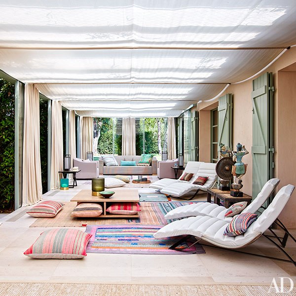 brightly-colored-oriental-rug-flat-weave-rug-giorgio-armani-saint-tropez-house-Cte-dAzur-architectural-digest-june-2015