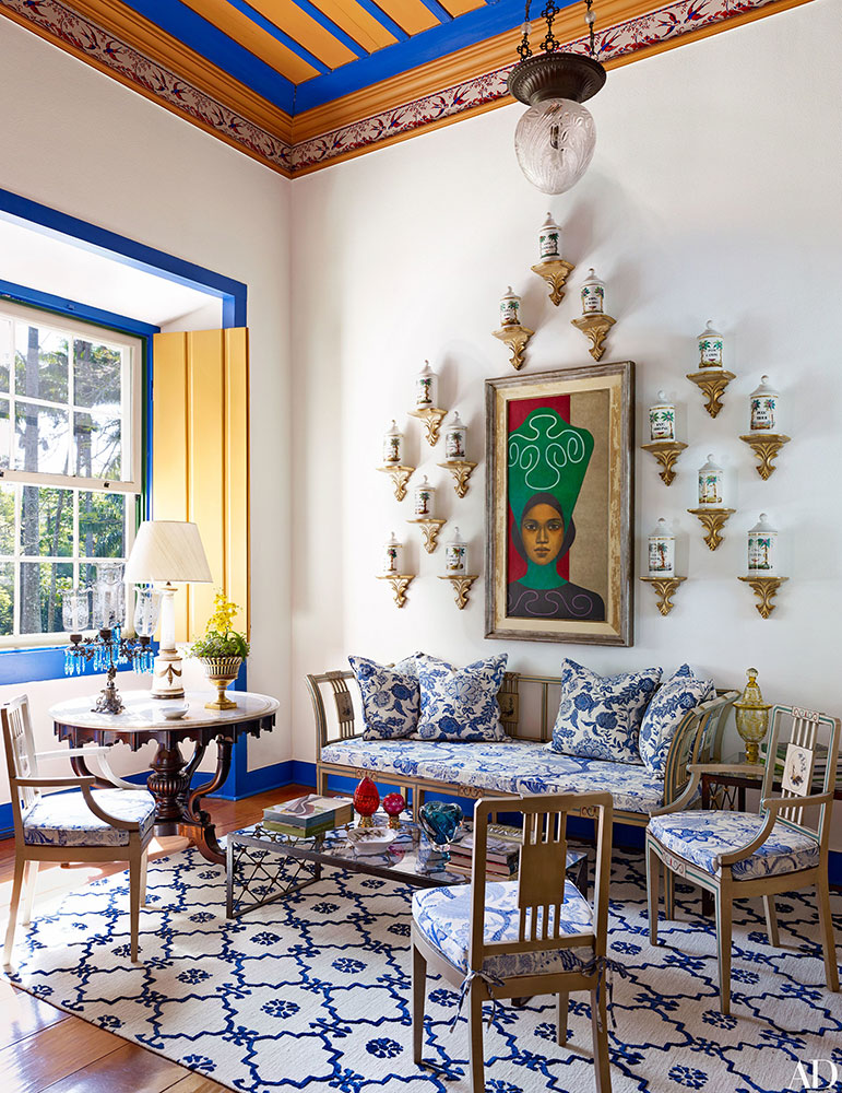 A geometric blue and white rug in the sitting room of this São Paulo home designed by Sig Bergamin – Architectural Digest August 2016