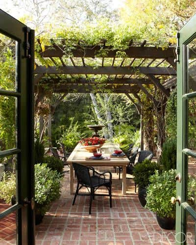 outdoor-dining-1930s-Tudor-house-Beverly-Hills-of-creator-of-will-&-grace-elle-decor-april-2012.jpg
