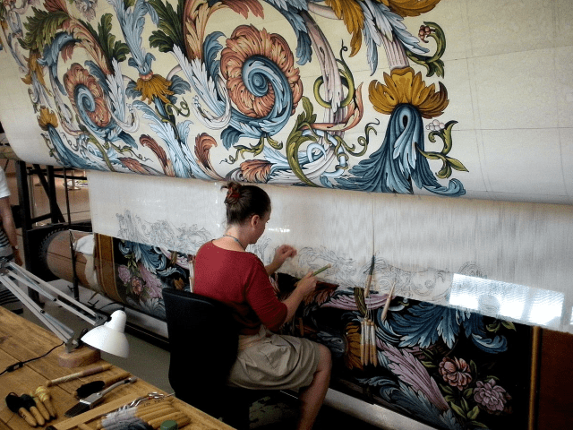 Savonnerie-carpet-being-made-by-hand-on-a-loom-Ouvrage_de_savonnerie_à_lodève.png