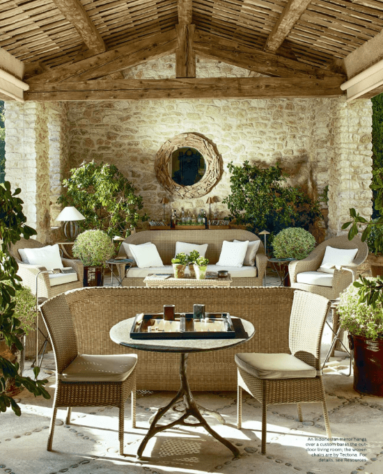 stone-and-pebble-floor-outdoor-living-room-Provence-house-of-François-Catroux-elle-decor-september-2017.png