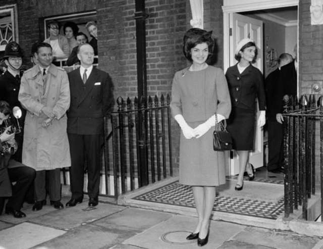 jacqueline-kennedy-lee-radziwill-4-buckingham-palace-london.jpg